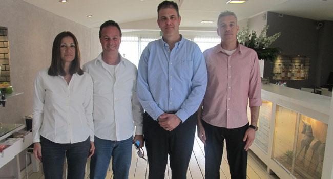 """מימין: שגיא דגן, מנהל מכירות בבנפיט; אביב וייס, מהנדס מכירות בכיר ב-VMware; אבי כרמון, יו""""ר בנפיט; דבורה כרמון, מנכ""""לית בנפיט"""
