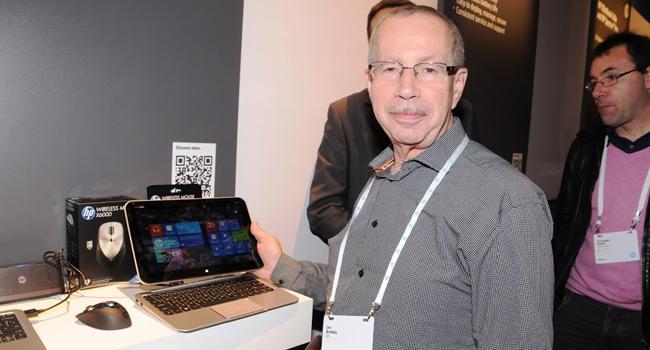 לב ברודצקי, מנהל בחטיבת המיחשוב וההדפסה של HP בישראל, עם המחשב מעורר הקנאה הכפולה (Envy X2)