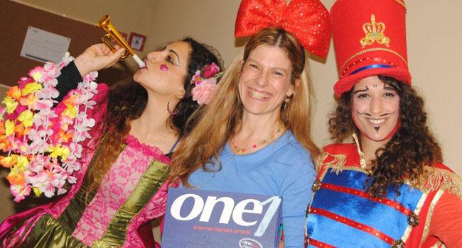 ענת סתיו (במרכז), מנהלת חטיבת פרויקטים ופתרונות תוכנה ב-One1, חוגגת עם עובדות החברה