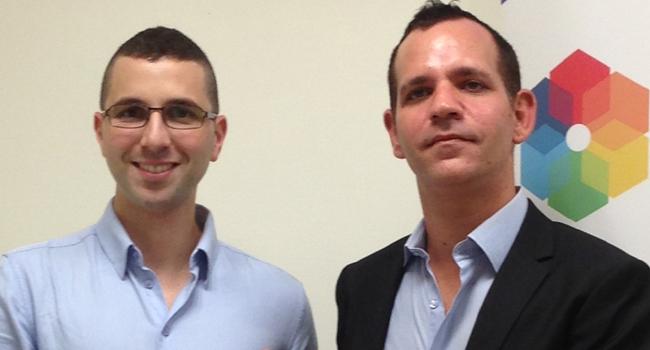 """מימין: ניר בן יהודה, מנהל פיתוח עסקי לשותפים בסיטריקס, לצד רון קופר, מנהל טכנולוגיות ראשי באינטגריטי תוכנה, בעת הענקת תעודת """"הזהב"""""""