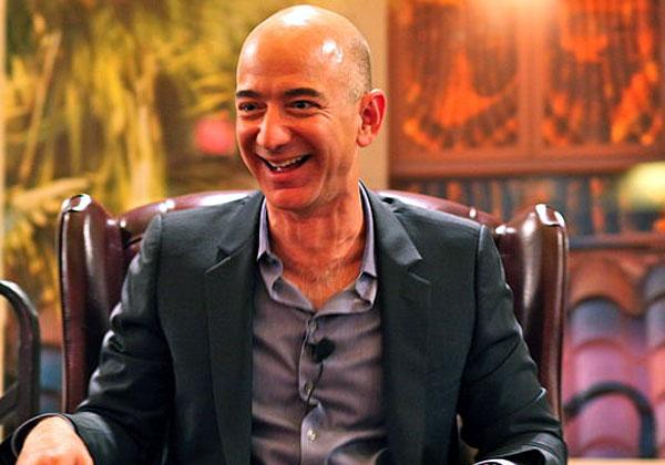 """האיש העישר בעולם - שהולך ומתעשר. ג'ף בזוס, מנכ""""ל ומייסד אמזון. צילום: סטיב ג'ורבטסון, ויקיפדיה"""