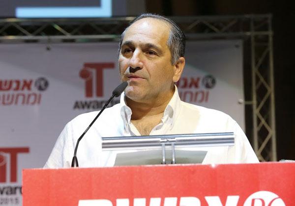 """אילן שפיגלמן, סמנכ""""ל השיווק של אורקל ישראל, מברך בשם החברה את הזוכים בתחרות"""