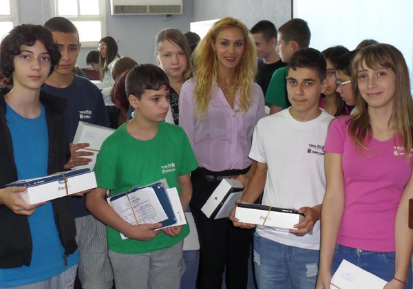 """מנכ""""לית קבוצת עמל, עו""""ד רוית דום עיני, עם תלמידים ברב תחומי עמל שבח מופת תל אביב, בעת חלוקת מכשירי iPad"""
