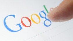 גוגל Vs פייסבוק: מוסיפה פיד חדשות לאפליקציית החיפוש