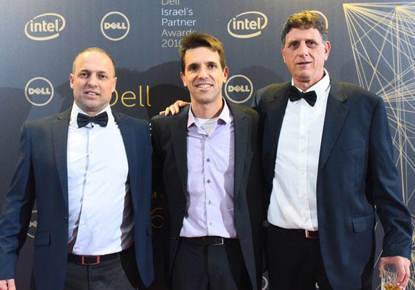 """מימין: שלומי קוארטלר, מנכ""""ל דל ישראל; אלדר רטר, מנכ""""ל XGlobe; ואבי אליאס, מנהל מכירות ושירות בדל ישראל"""