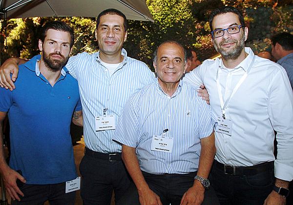 """מימין: תומר שרון, מנכ""""ל אואזיס; ציון עזרא, סמנכ""""ל המכירות של אינוקום; תומר פרי, מנכ""""ל אינוקום; ורשף בראון, פריסייל אינוקום"""