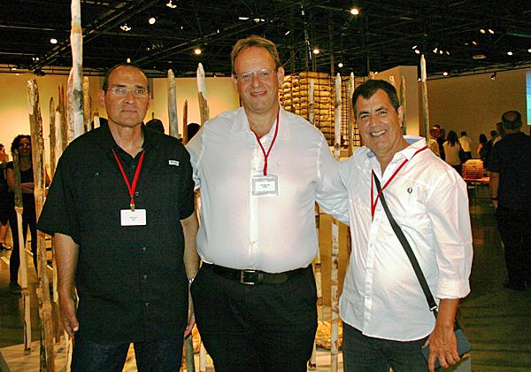 """מימין: יהודה שקורי, סגן מנמ""""ר חברת החשמל; נתי אברהמי, מנכ""""ל טלדור; ודורון פלח, מנמ""""ר yes"""