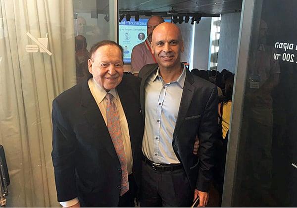 """מימין: רום הנדלר, מייסד שותף של Innovel ולשעבר משנה בכיר למנכ""""ל Las Vegas Sands, ושלדון אדלסון. צילום: יח""""צ"""