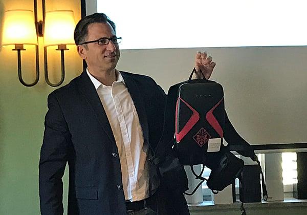 שי פרומקיס, מנהל מוצרי מחשוב ב-HP Inc, מציג את ה-OMEN X VR PC Pack. צילום: אבי בלוזיבסקי