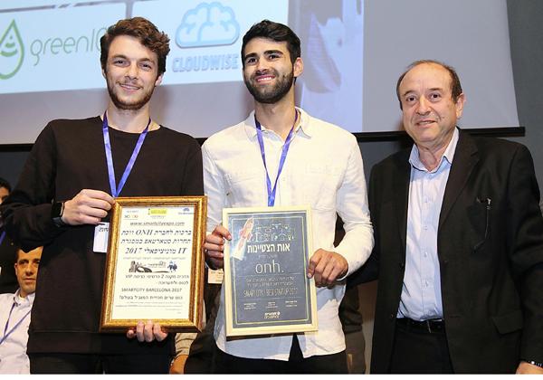 נציג מרכז הירידים FIRA ברצלונה; מייסדי ONH, איתי אורן ורון הייבלום. צילום: ניב קנטור