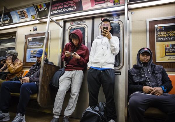 מחוברים תמיד. הרכבת התחתית בניו-יורק. צילום: BigStock