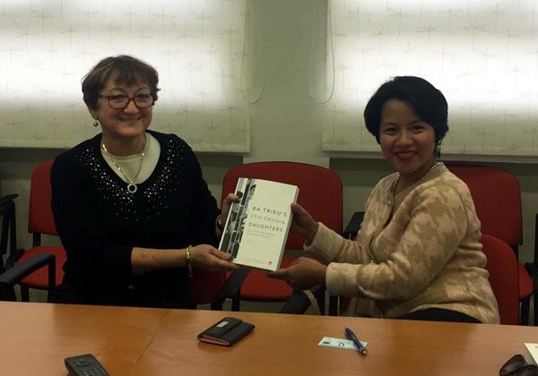 פרופ' רוזה אזהרי, נשיאת עזריאלי - מכללה להנדסה (משמאל), מעניקה תעודה לזונג דו טוי, חברת מועצת העיר האנוי, בירת וייטנאם, ומחזיקת תיק החינוך בעירייה. צילום: אור חוסקי