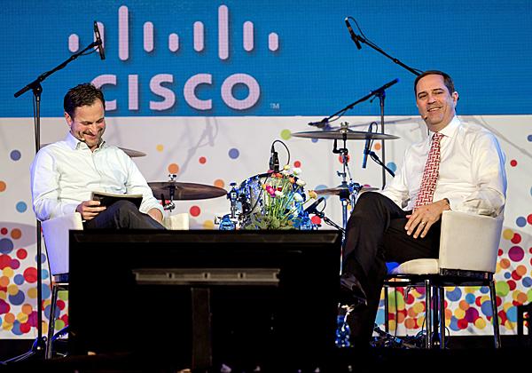 """אורן שגיא, מנכ""""ל סיסקו ישראל (משמאל), מראיין על הבמה את צ'אק רובינס, מנכ""""ל החברה העולמית. צילום: ארתור פורר"""
