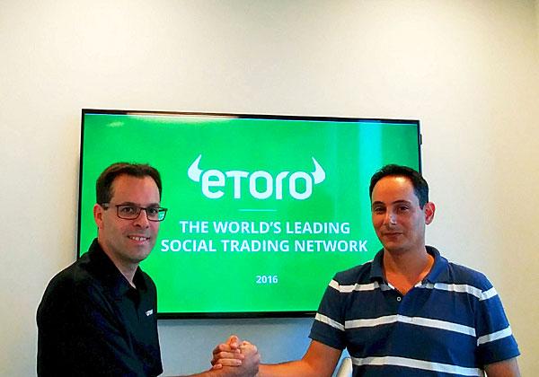 """מימין: אלעד גוטפריד, מנהל ייצור IT ב-eToro, ורון דוידי, מנהל הפיתוח העסקי של קמינריו לאזור EMEA. צילום: יח""""צ"""