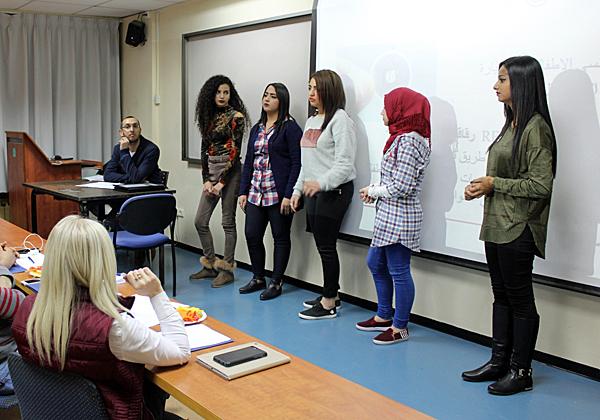 """הנערות ממזרח ירושלים מציגות את הרעיון שלהן בפני המשתתפים באירוע. צילום: יח""""צ"""