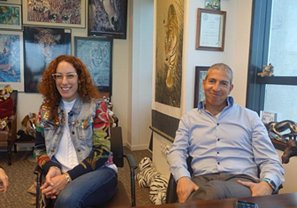 באו לבקר במאורת הנמר: מימין - אסף גבעתי, מנהל התפעול הראשי ומנהל חברות בנות במטריקס, ודלית רוזן, מנהלת השיווק של Infinity Labs R&D