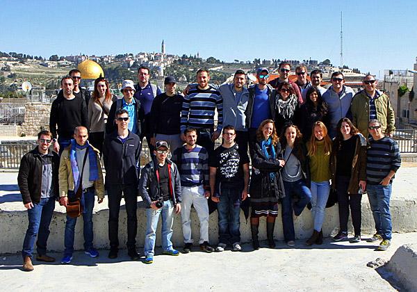 """עובדי החברה החדשנית על רקע ירושלים העתיקה. צילום: יח""""צ"""