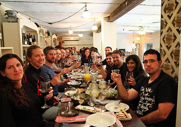 """אין כמו ארוחה טובה כדי לסיים סיור מעשיר - על אחת כמה וכמה בירושלים. צילום: יח""""צ"""