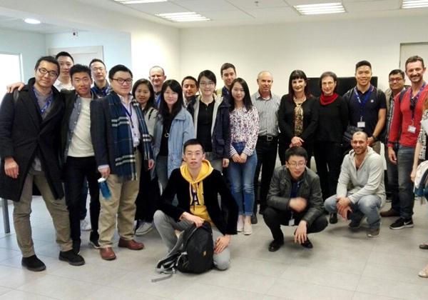"""יעל מיטלמן, מנכ""""לית היי סנטר (במרכז), עם הסטודנטים. צילום: היי סנטר"""