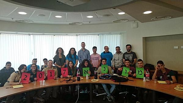 """אריק מימרן, מנכ""""ל מרכזי הפיתוח של קוואלקום בישראל, עם ענת הר-לב אור, מנהלת תוכנית הרחפנים, מורי התוכנית ותלמידי הקבוצות הזוכות. צילום: יח""""צ"""