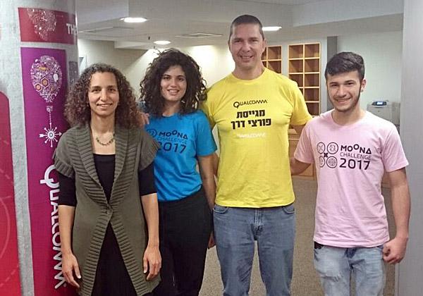 """אריק מימרן, מנכ""""ל מרכזי הפיתוח של קוואלקום בישראל, עם ענת הר-לב אור, מנהלת תוכנית הרחפנים, ושני נציגים של הקבוצות הזוכות. צילום: יח""""צ"""