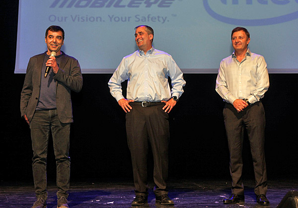 """פרופ' אמנון שעשוע (משמאל) יחד עם שותפו לייסוד מובילאיי, זיו אבירם (מימין), ומנכ""""ל אינטל, בריאן קרזניץ'. צילום: יח""""צ אינטל"""