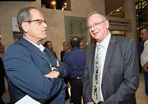 """מימין: פרופ' עמירם כ""""ץ, מנהל בית החולים לוינשטיין; וחזי כאלו, מנכ""""ל בנק ישראל. צילום: ישראל הדרי"""