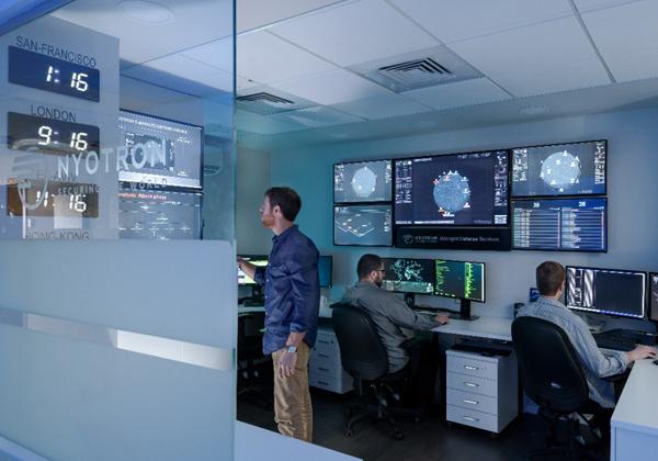 """חדר המלחמה הגלובלי של ניוטרון - נערך מיד עם התפשטות הכופרות ומספק שירותי ניטור ללקוחות בעולם תוך אספקת המלצות וניתוח של האירוע. צילום: יח""""צ"""