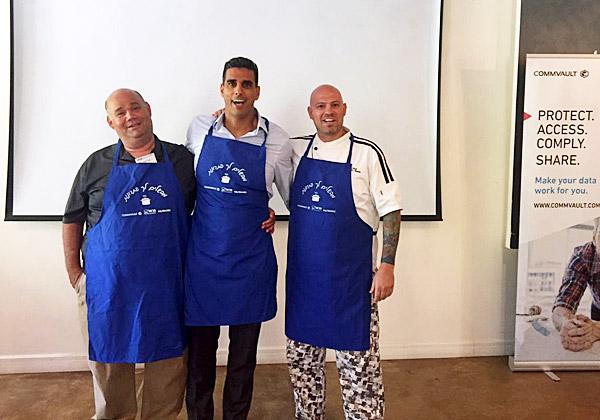 """השף יחד עם שניים מהמשתתפים: שי נוני, מנכ""""ל קומוולט ישראל (במרכז), וארז עציון, מנהל מכירות ושותפים בנוטניקס. צילום: יח""""צ"""