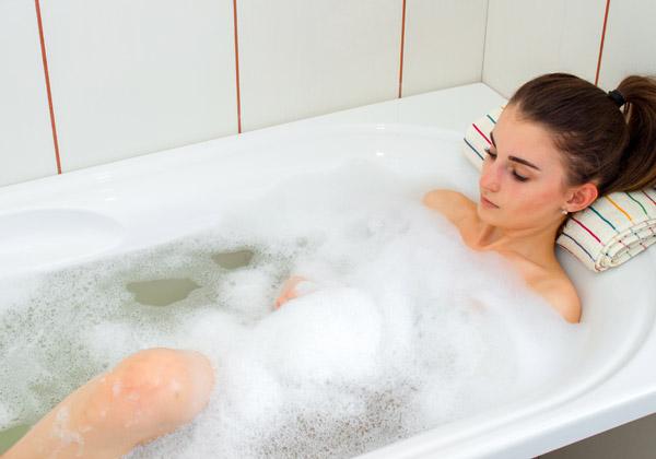 זהירות: סלולר באמבטיה. צילום אילוסטרציה: Ponomarenco, BigStock