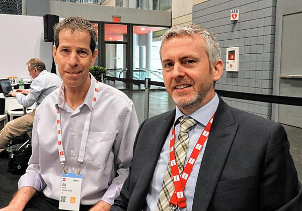 משמאל: גיל פישל, מנהל מוצר M3 באינטנטיה ישראל, עם אנדרו דלזיאל, המנהל הגלובלי של המוצר