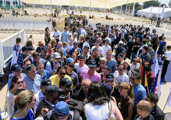 הקהל משתרך בתור בשמש הקופחת על מנת להתמזג במטוס הקריר. צילום: פלי הנמר