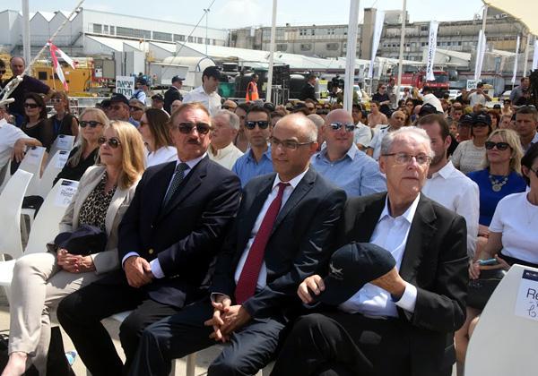 """דוד מימון, מנכ""""ל אל על (במרכז), מאזין לדבריו של שר התחבורה, ישראל כץ, בטקס קבלת הדרימליינר החדש. צילום: פלי הנמר"""