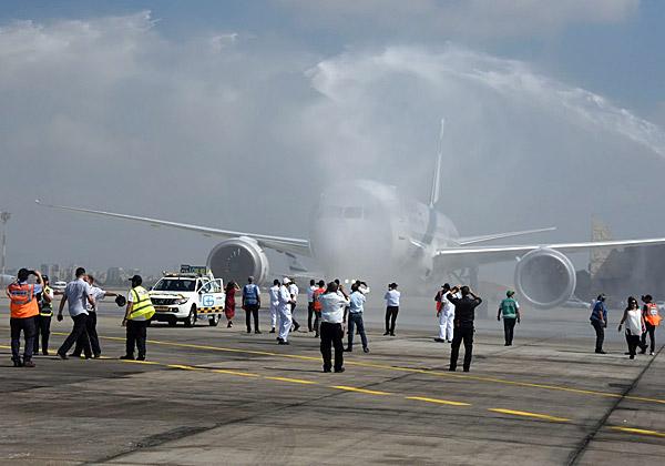 מסלינים את המטוס - מקבלים פניו בסילוני מים. צילום: פלי הנמר