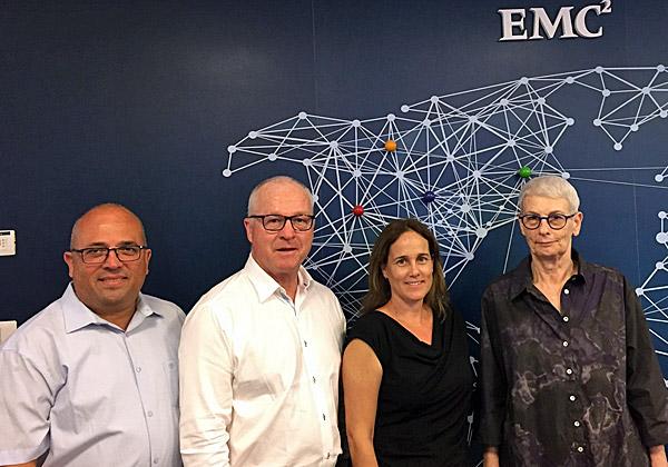"""מימין: ד""""ר ארנה ברי, סגנית נשיא ומנכ""""לית מרכז המצוינות של Dell-EMC ישראל; מארק ג'יימסון, ראש עיריית סנשיין קוסט, תמי לב, מנהלת פיתוח עסקי ב-RSA, ושלומי ליברמן, סמנכ""""ל התפעול של מרכז המצוינות. צילום: Dell-EMC"""
