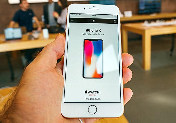 בדרך למכשירי ההיסטוריה? ה-iPhone X. צילום: האדריאן, BigStock