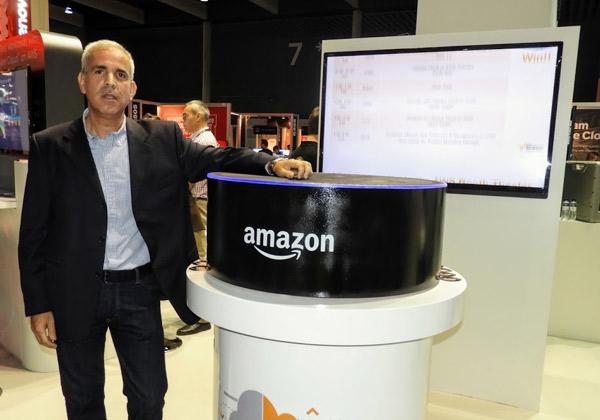 """הראל יפהר, מנכ""""ל AWS ישראל, בביתן AWS בכנס בברצלונה המציג את הכרזת הזמינות של מטעני העבודה הלכה למעשה בין הענן בפרטי לציבורי. צילום: פלי הנמר"""