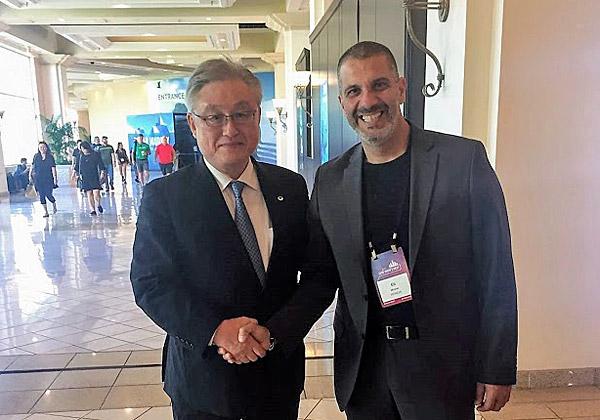 """עם המנכ""""ל העולמי: אלי משה, המנכ""""ל בישראל (מימין), לוחץ את ידו של טושיאקי היגאשיהארה, נשיא ומנכ""""ל היטאצ'י העולמית"""
