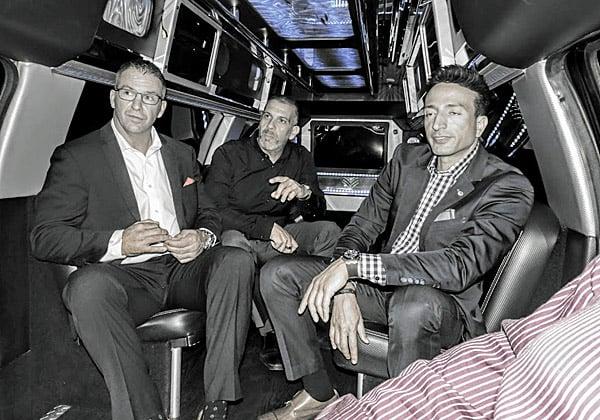 המנהלים הבכירים במונית האינסופית בדרך למפגש