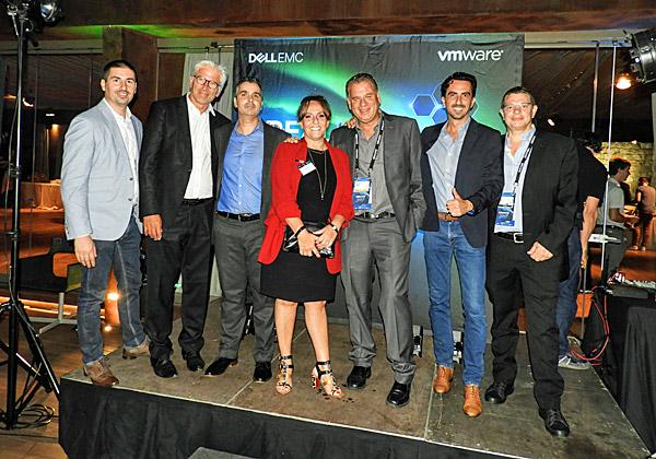 """משמאל: מיכאל פישמן מ-VMware ישראל, מנהל תחום האחסון VSAN לאזור MEDI; בנואה הלז, מנהל עסקים בכיר לאזור EMEA ב-VMware; ליאור פוני, מנכ""""ל משותף של Dell-EMC ישראל; אניה מונרד, סגנית נשיא בכירה ומנהלת כללית של CEE; שמוליק ענתבי, מנכ""""ל VMware אזורי לישראל, טורקיה, יוון, קפריסין ומלטה; אלי שקד, מנכ""""ל VMwareישראל; ושאול וואגן, מנהל המכירות של Dell-EMC ישראל"""