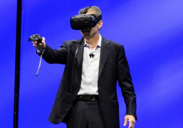 פט גלסינגר מחולל קסמים - עם משקפי מציאות רבודה - בניהול וירטואלי של מטעני עבודה בדטה סנטרים בעננים היברידיים. צילום: פלי הנמר