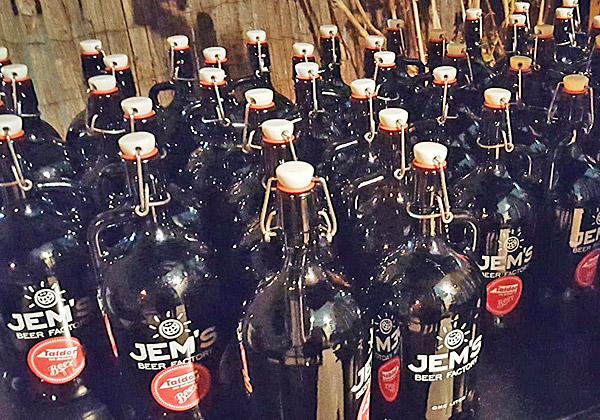בקבוקי הבירה המיוחדים שקיבלו הלקוחות. צילום: מקס קרבצ'נקו