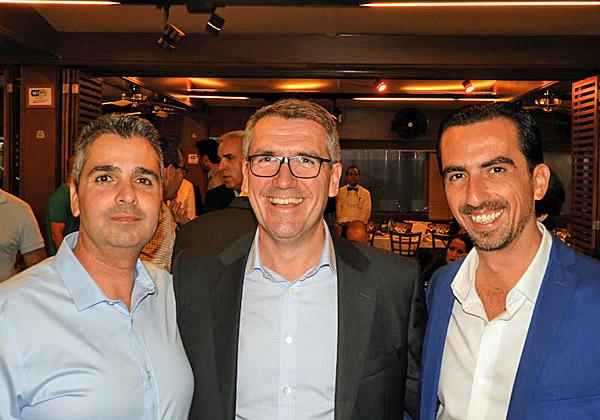 """משמאל: ליאור פוני, מנכ""""ל משותף של Dell EMC ישראל; אונגוס הגרטי, נשיא Dell-EMC לאזור EMEA ל-Commercial Business; ואלי שקד, מנכ""""ל VMware ישראל"""