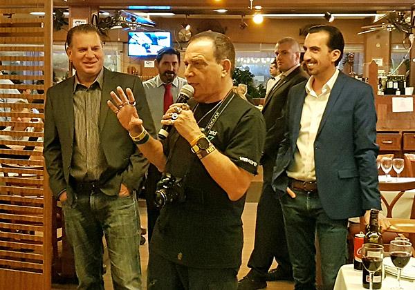 """משמאל: שמוליק ענתבי, מנהל בכיר לאגן הים התיכון ב VMware; ואלי שקד, מנכ""""ל VMware ישראל. בחזית: פלי הנמר, יזם ומנהיג אנשים ומחשבים, שמוביל את ההנחיה ביד רמה"""