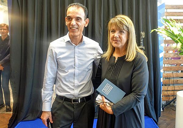 """חן ביתן, מנהל סייברארק ישראל, עם ליאורה עופר, שקיבלה קופה """"מאובטחת"""" כמו התיבה סייברארק, בדמות מילון אוקספורד. צילום: פלי הנמר"""