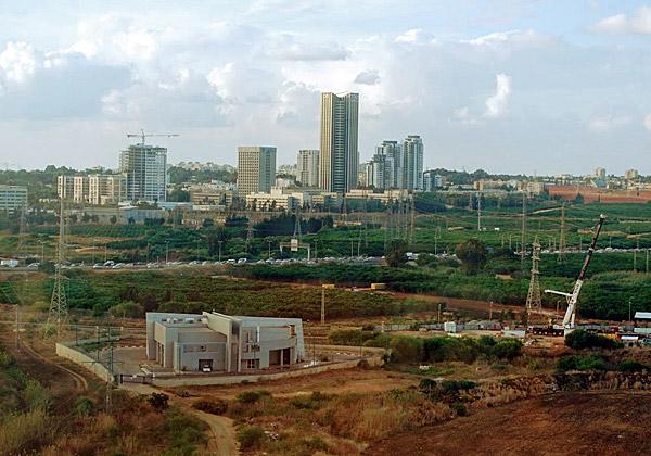 ממרומי מגדל סייברארק: חלק קטן מעתודות הקרקע לבניית מרכז ההיי-טק החדש בפתח תקווה, שיש לה מרכזי תעשייה בשטח הגדול ביותר בישראל. ראש העיר ישמח מאוד למגדלים החדשים ועתירי הארנונה. צילום: פלי הנמר
