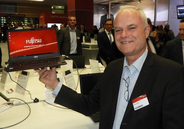 """רענן ביבר מנכ""""ל פוג'יטסו ישראל, מניף את מחשב פוג'יסטו הקל בעולם - 900 גרם בלבד. צילום: פלי הנמר"""
