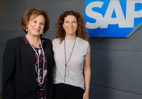 """מימין: אורנה קליינמן, מנכ""""לית מרכז הפיחתוח של סאפ בישראל, ונאוה ברק, נשיאת עמותת עלם. צילום: אורי ניצן"""
