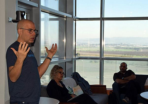 """דני גולן, מייסד ומנכ""""ל קמינריו, פוגש את חברי מועדון C3 של אנשים ומחשבים על רקע נוף עמק יזרעאל. צילום: אורן בסון"""