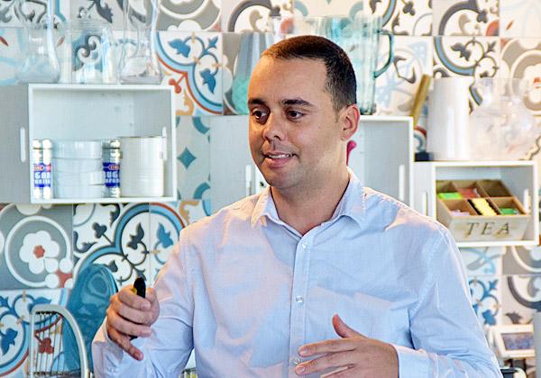 אלדד עומר, מנהל מחלקת תשתיות מחשוב באיילון ביטוח, מציג את סיפור יישום הפתרון K2 של קמינריו בחברה. צילום: אורן בסון